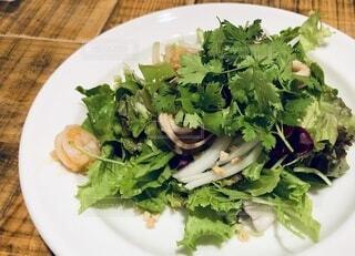 皿の上にグリーンサラダの写真・画像素材[3907577]