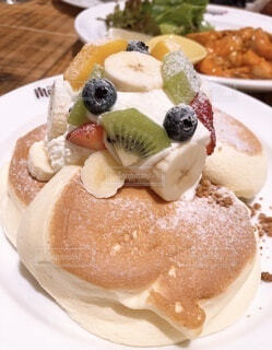 パンケーキをテーブルの上に置くの写真・画像素材[3932246]