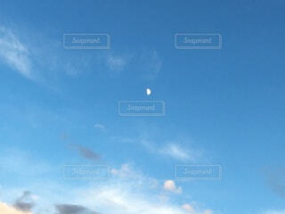 青空に月の写真・画像素材[3719916]
