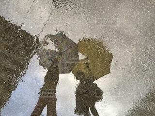 水たまりに写した子どもの影遊びの写真・画像素材[4020377]