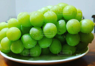 食べ物,食事,屋内,緑,フード,テーブル,果物,皿,ブドウ,葡萄,飲食,シャインマスカット,リンゴ,種なしの果実
