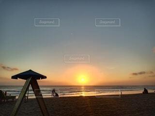 ビーチに沈む夕日の写真・画像素材[3708264]