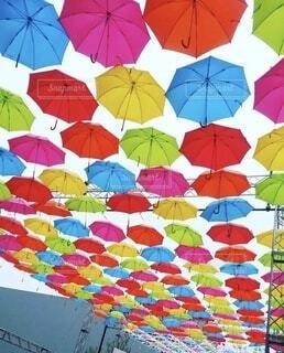 カラフルな傘の写真・画像素材[3706203]