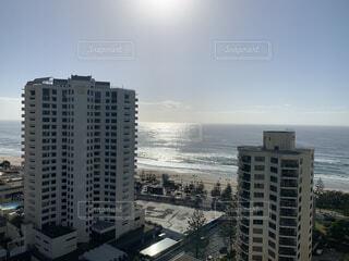 背景に都市がある海の写真・画像素材[3706732]