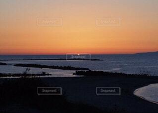 海に沈んでゆく夕日の写真・画像素材[3709431]