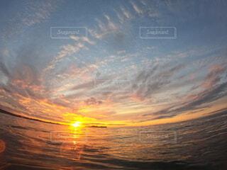 いくつかの水の上に日没の写真・画像素材[4019526]