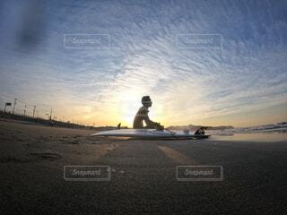 男性,海,空,屋外,太陽,サーフィン,ビーチ,雲,水面,人物,人,日の出
