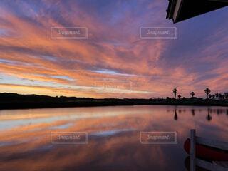水の体に沈む朝日の写真・画像素材[3710603]