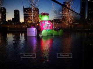空,夜,屋外,水面,樹木,都会,クリスマス,明るい,クリスマス ツリー,テッドイベール,緑のクマ
