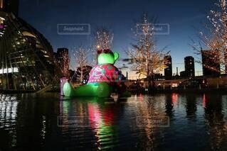 夜,屋外,水面,キラキラ,クリスマス,装飾,明るい,グランフロント大阪,シャンパンゴールド,シャンパンゴールドイルミネーション,グランフロントクリスマス,テッドイベール,緑のくま