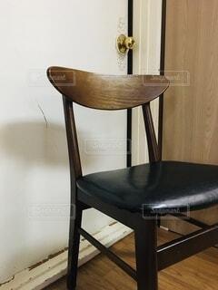 椅子とドアの写真・画像素材[3714378]