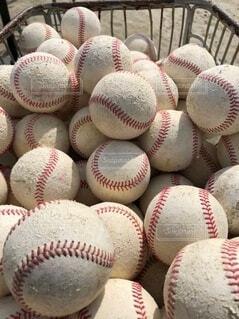 カゴに集められた野球ボールの写真・画像素材[3714954]