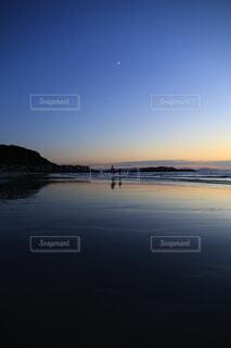 月と夕焼けの写真・画像素材[3718582]