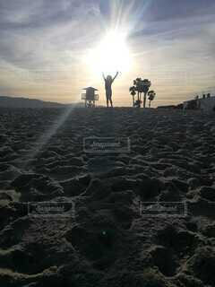ビーチでの夕暮れの写真・画像素材[3721544]