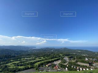 背景に山が海がある畑がある風景の写真・画像素材[3720589]