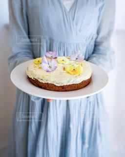 ケーキを持っている女性の写真・画像素材[4305542]