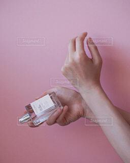 女性,屋内,手,時計,指,香水,人物,人,トルコ,爪,化粧品,フレグランス,香り,お手入れ,携帯電話,親指,ハンドケア,手首,オーデコロン,パルファン,ハンドミスト,コロンヤ