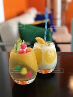 近くにオレンジ ジュースのガラスのの写真・画像素材[1413481]