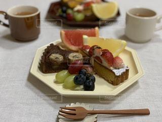 食べ物の皿とコーヒー1杯の写真・画像素材[3190278]