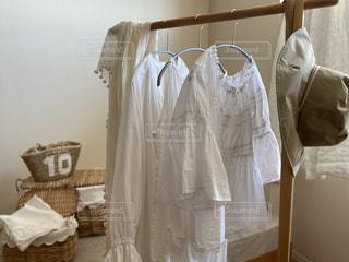 夏,白,日常,洋服,ハンガー,生活,ライフスタイル,収納,クローゼット,カゴバック,着替え,夏服,ストール,衣替え,整理整頓,ワードローブ