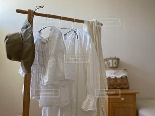 夏,白,日常,洋服,ハンガー,生活,ライフスタイル,収納,クローゼット,カゴバック,夏服,ストール,衣替え,整理整頓,ワードローブ