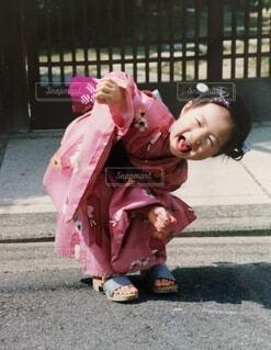 ピンクのバッグに身をたっている少女の写真・画像素材[3619922]