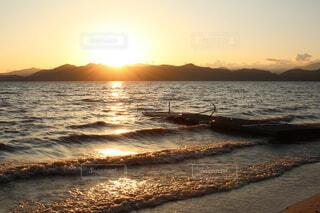 水の体に沈む夕日の写真・画像素材[3728126]