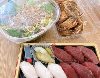 食べ物,飲み物,ランチ,野菜,サラダ,肉,料理,肉寿司,出前,手羽先,宅配,テイクアウト,デリバリー,お持ち帰り