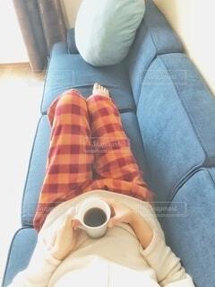肌寒い季節の休日、パジャマでモーニングコーヒーの写真・画像素材[3785408]