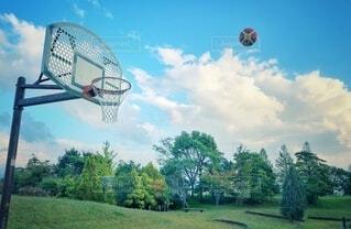 雨上がりの公園で、青空の下バスケットボールで運動の写真・画像素材[3817926]