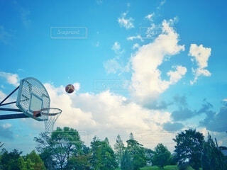 雨上がりの公園で、青空の下バスケットボールで運動の写真・画像素材[3818008]