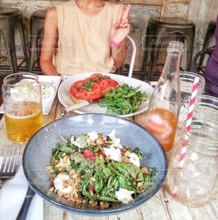 ニューヨーク、おしゃれなカフェで友達と野菜たっぷりヘルシーランチの写真・画像素材[3824060]