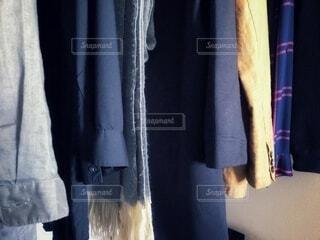 秋冬物の洋服やストール、ジャケットにコートの準備の写真・画像素材[3833223]