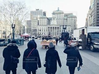 冬のニューヨーク、黒コート着て友達みんなと帰宅の写真・画像素材[3843054]