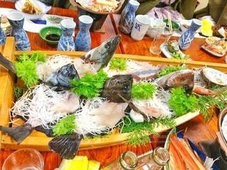 舟盛り食べるのに夢中で、最初に写真を撮り忘れた冬の家族旅行の写真・画像素材[3847227]