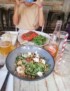 友達とランチ、野菜がメインのサラダランチの写真・画像素材[3923750]