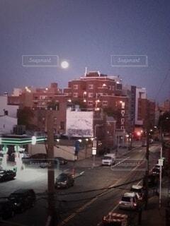駅のホーム、ニューヨークで見たスーパームーンの写真・画像素材[3928922]