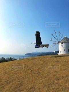 小豆島旅行、オリーブ公園でダウンを着てジャンプの写真・画像素材[3979305]