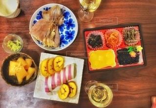 スーパーで買った、ちょこっとおせちに日本酒の写真・画像素材[4035225]