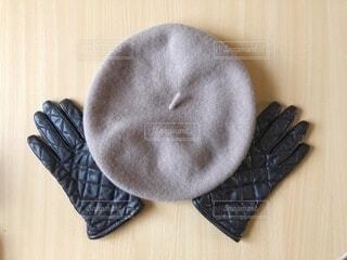 愛用の手袋とベレー帽でコーデの写真・画像素材[4045382]