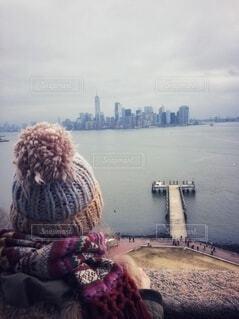 ニット帽とマフラーをして、NYマンハッタンを眺める友達の写真・画像素材[4142262]