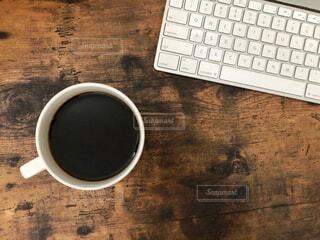 カフェ,コーヒー,屋内,休憩,パソコン,リラックス,マグカップ,おうちカフェ,ドリンク,作業,キーボード,おうち,ライフスタイル,デスクトップ,ブラック,コーヒー カップ,おうち時間