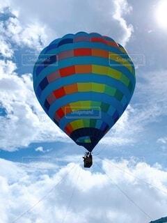 空に浮かぶ気球の写真・画像素材[3736762]