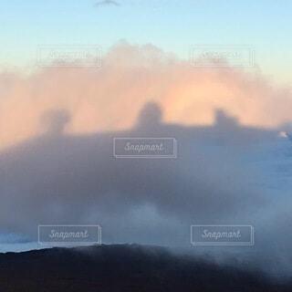 雲にうつるスバル展望台の影と虹の写真・画像素材[3735469]