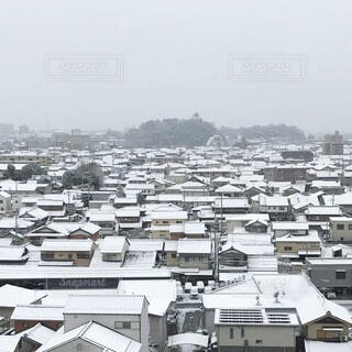 雪降る街の写真・画像素材[3735472]