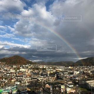 街にかかる虹の写真・画像素材[3735486]