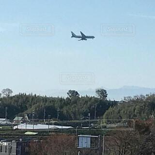 空中を高く飛ぶ大型飛行機の写真・画像素材[3735483]