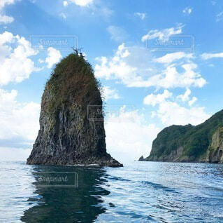 海に浮かぶ岩の写真・画像素材[3735502]