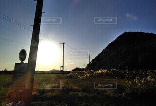 夕刻のバス停いなか道の写真・画像素材[3981630]