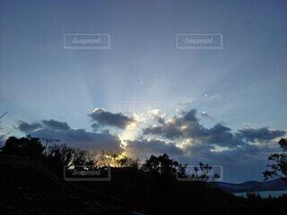 自然,空,屋外,朝日,雲,青,光,樹木,日の出,happy,色,希望,輝き,朝空,始まり,輝かしい,1日の始まり,かがやき,表現,導き